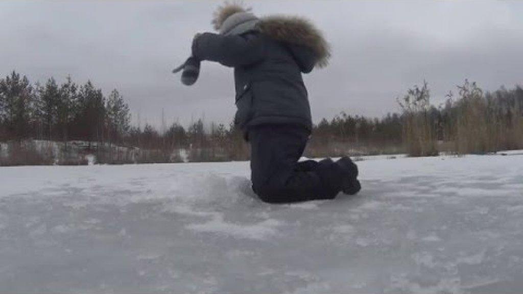 Трехлетний малыш на зимней рыбалке/ The three-year kid on winter fishing