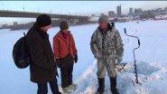 Наш рыбак учит иностранцев ловить рыбу на Оби зимой!