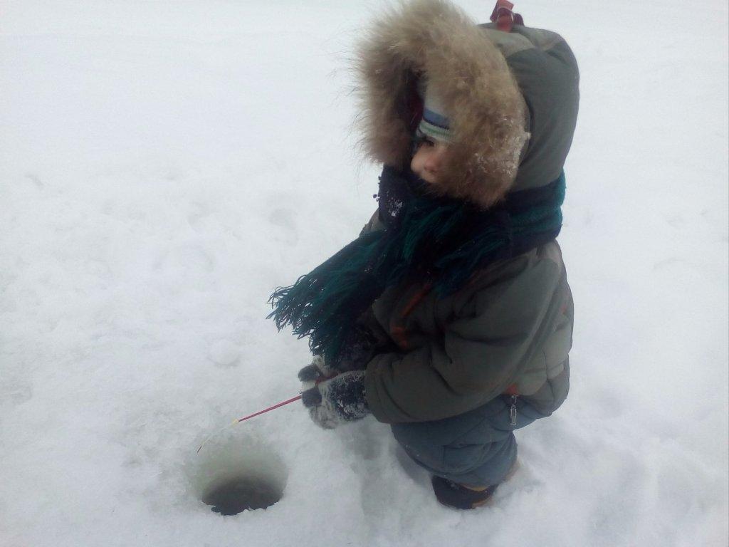 Сын на рыбалке)))