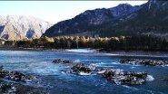 Осенняя река Катунь в горах Алтая
