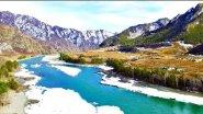 Весенняя река Катунь в горах Алтая