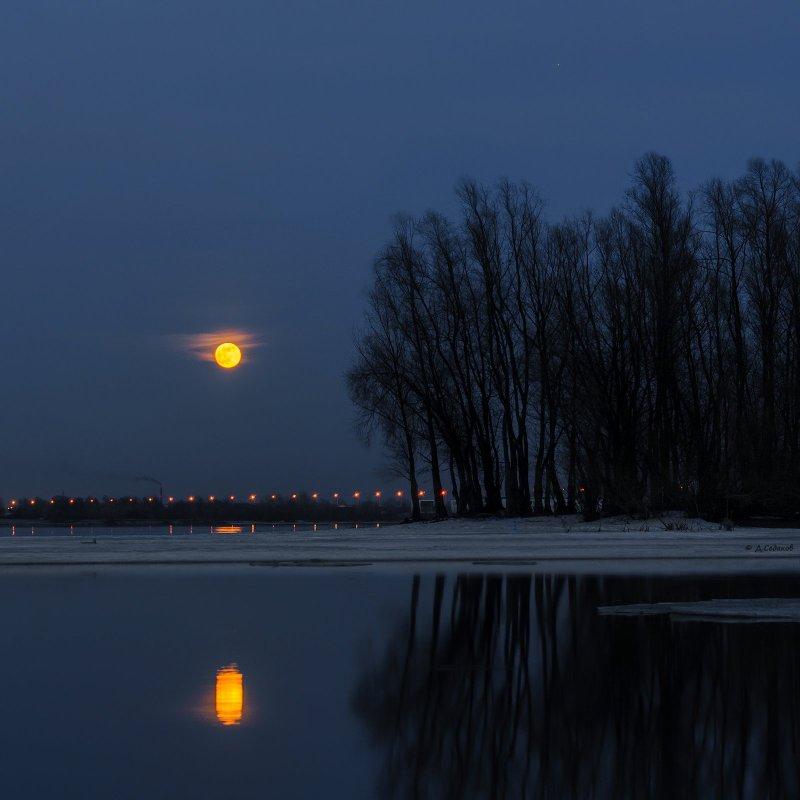 Большая вчерашняя луна.