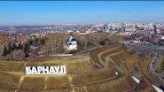 Стела город Барнаул у реки Обь на Алтае весной.