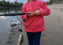 Четырехлетняя дочурка и её первая рыба!