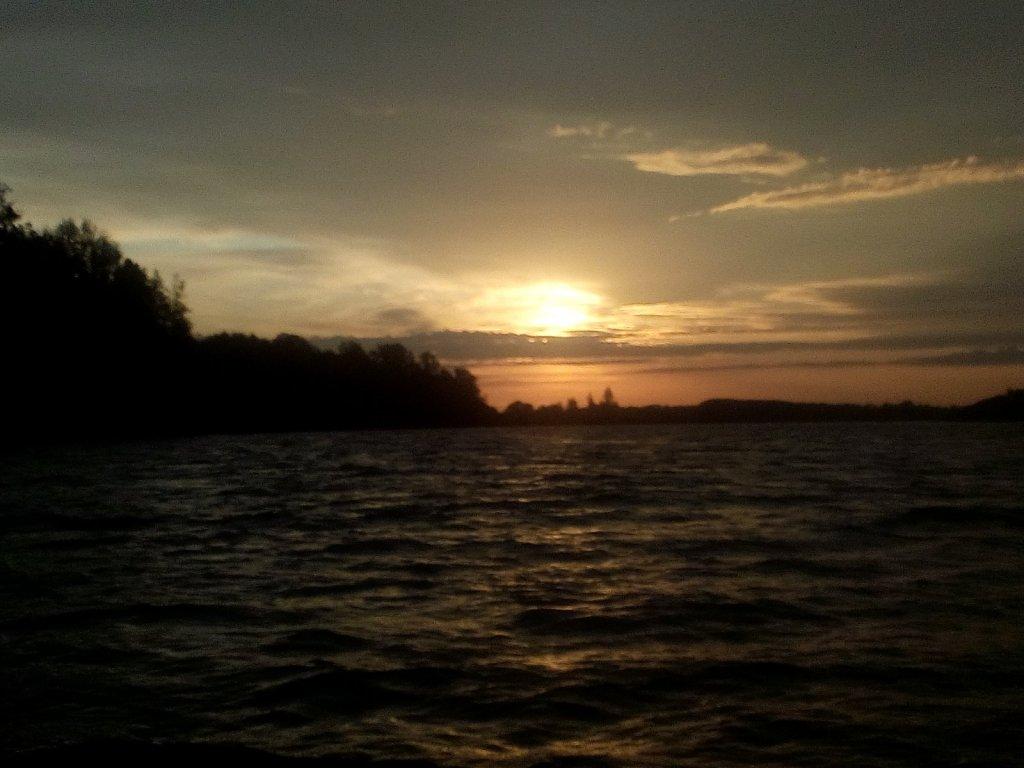 Рассвет на реке.