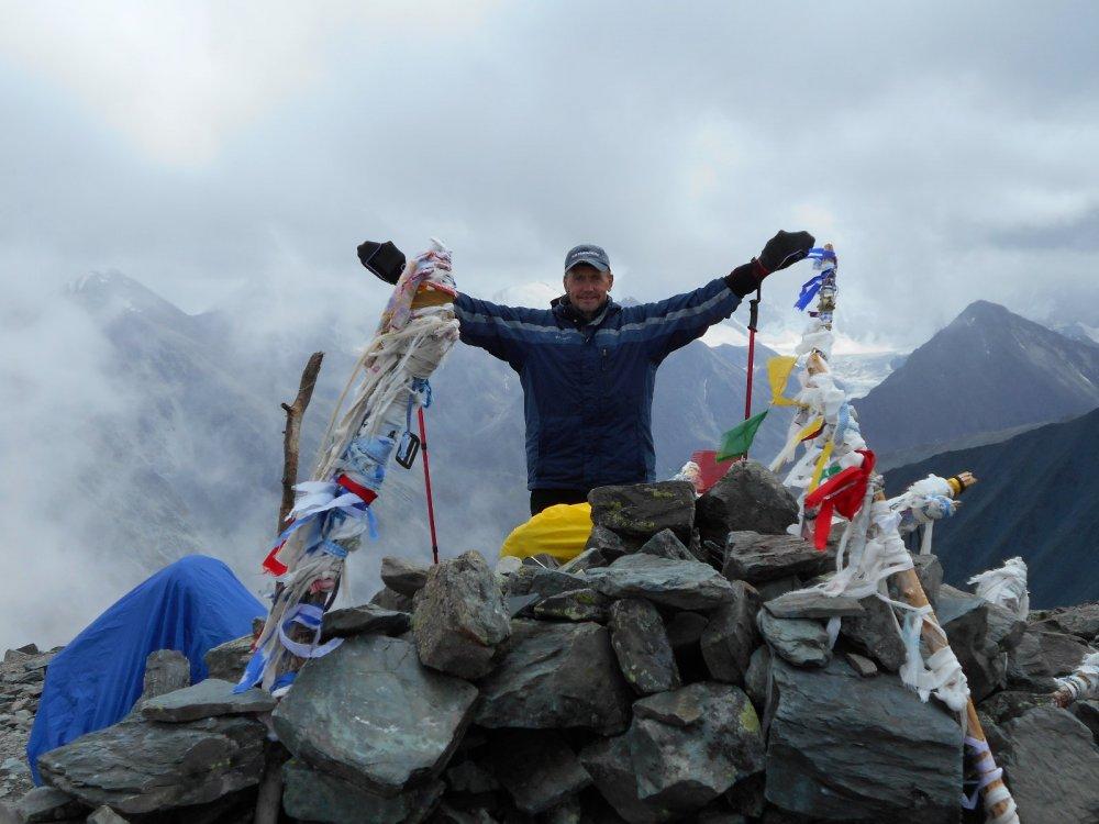 Перевал Кара-Тюрек,3100 м над уровнем моря,за спиной-Белуха в облаках