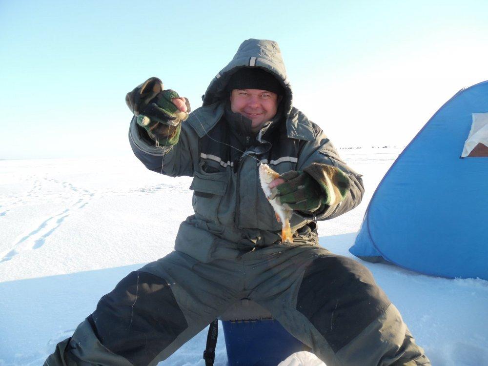 Александр КАВ действительно умеет ловить окуней на гвозде кубик.