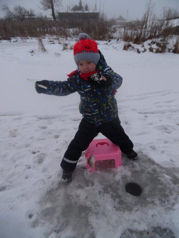 Мой младший рыбачек вчера обловил всех на льду.