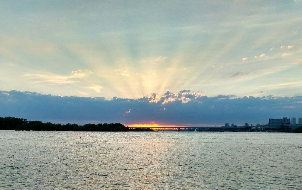 Закат, лучи солнца сквозь облака