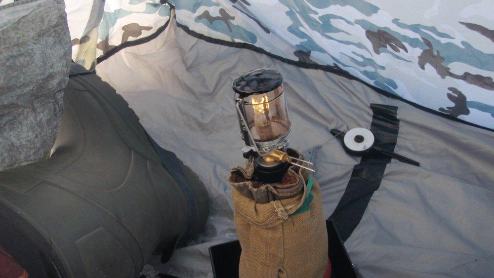 Греющий фонарик в палатке. Газовый баллончик - в меховой рукавице...
