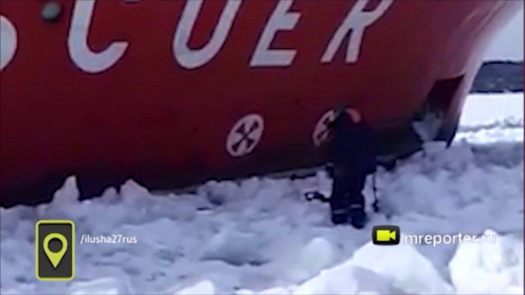 Поразительная реакция рыбака на проходящий в метре от него ледокол