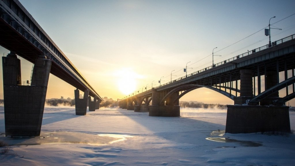 На реке Обь в районе Новосибирска лед становится тонким и подмывается течением
