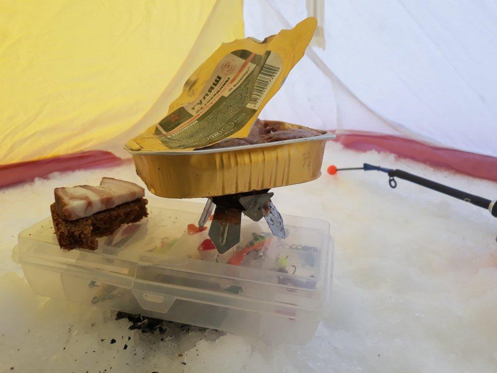 Разогрев еды в зимней палатке.