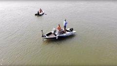 Тест электроякоря на течении. Мотор держит лодку на точке
