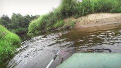 Хороший боец на лесной речушке. Чуть лодку не утащил)