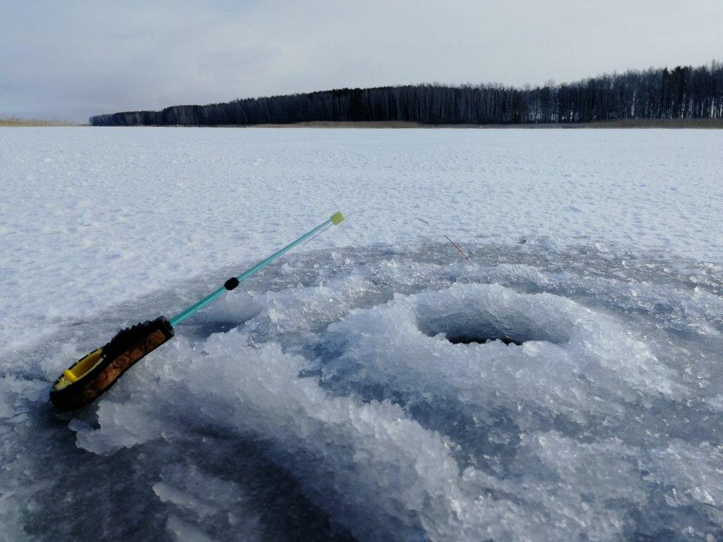 Первый лёд - лучше мало рыбы, зато сухая одежда.