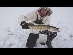 Первая зимняя рыбалка на жерлицы по первому льду. Первые щуки. Открытие сезона.