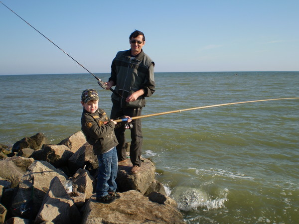 Первая в жизни рыбалка внука под руководством деда.