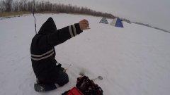 Рыбак с одной рукой сверлит лунку в метровом льду!