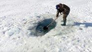 Черпают карасей лопатой... Зимняя рыбалка на заморном водоеме? Или просто повезло?