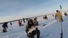 Парень поймал крупного судака на Обском море в районе Спирино