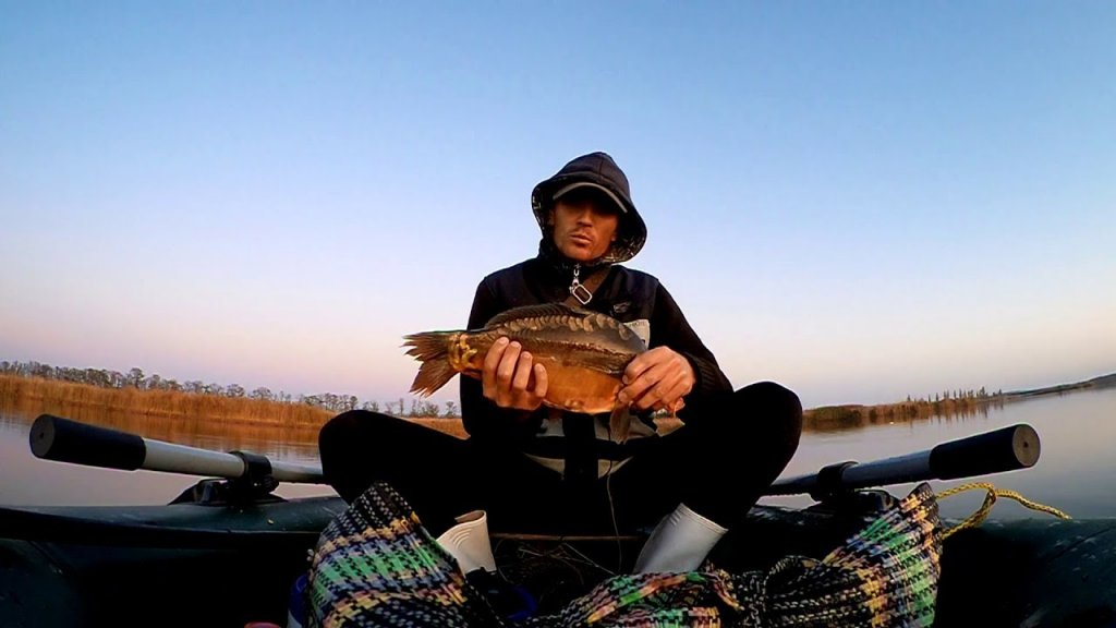 Осенняя рыбалка на карпа с лодки. Клюет - только закинь!