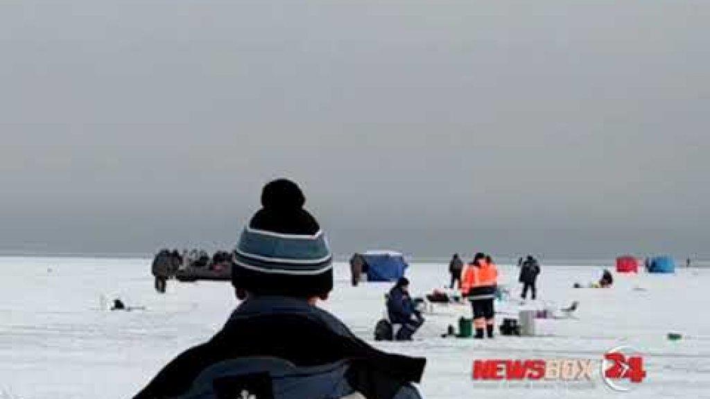 На льду в районе полуострова Песчаный рыбаки устроили массовую потасовку.