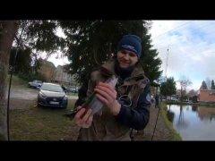 Счастливый сибиряк на форелевой рыбалке в германии.