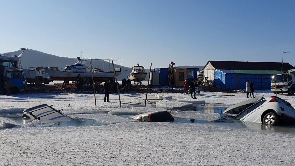 Много машин провалилось под лед на о.Русском