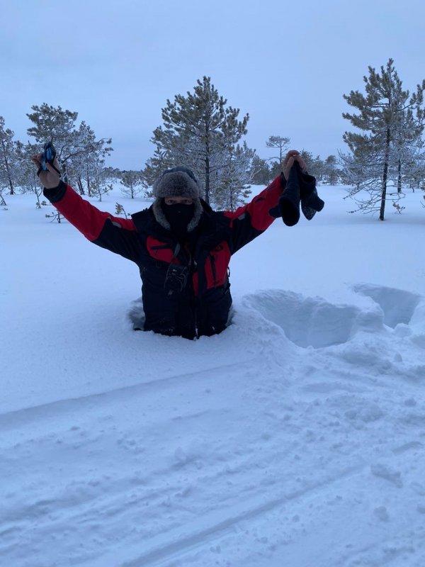снега навалило, рядом с буранницей