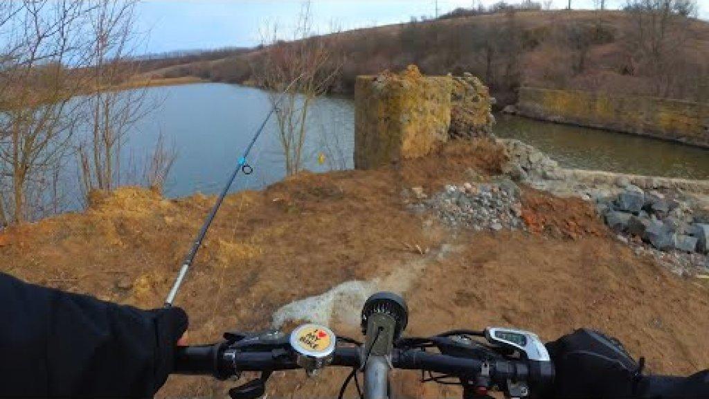 Рыбалка на Электровелосипеде, ловлю щуку на фосфорный и крылатый джиг на спиннинг с берега