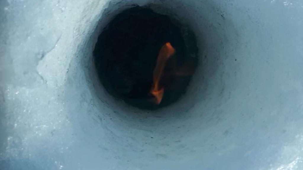 Обское море в огне. В лунке горит метан