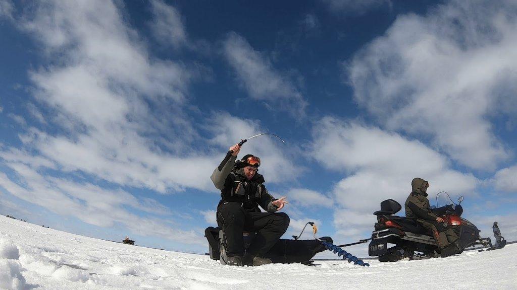 Рыбалка на судака на снегоходах на водохранилище. Судачья блесна выручает.
