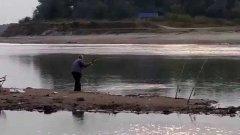 Пенсионер борется с 10-килограммовым сазаном. Рыбалка