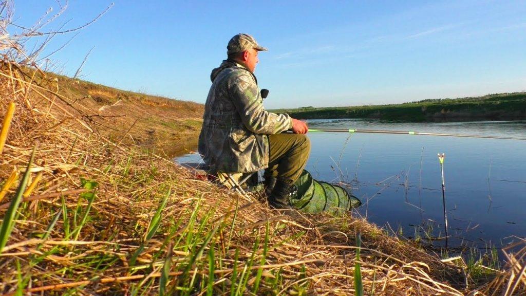 Ловля плотвы на мах на малой реке в половодье.