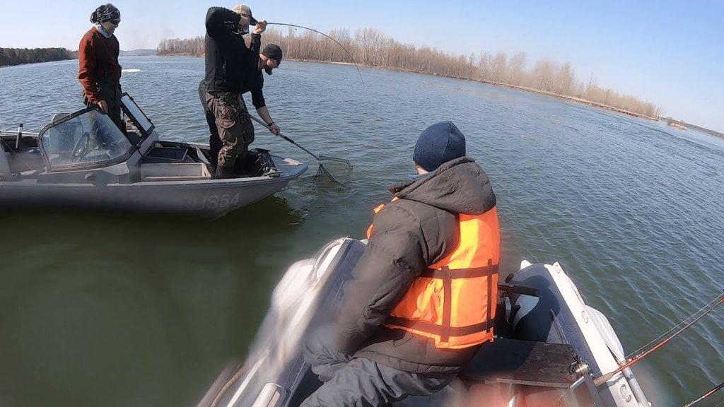 Рыбалка с лодки на спиннинг. Выручили подсаком.