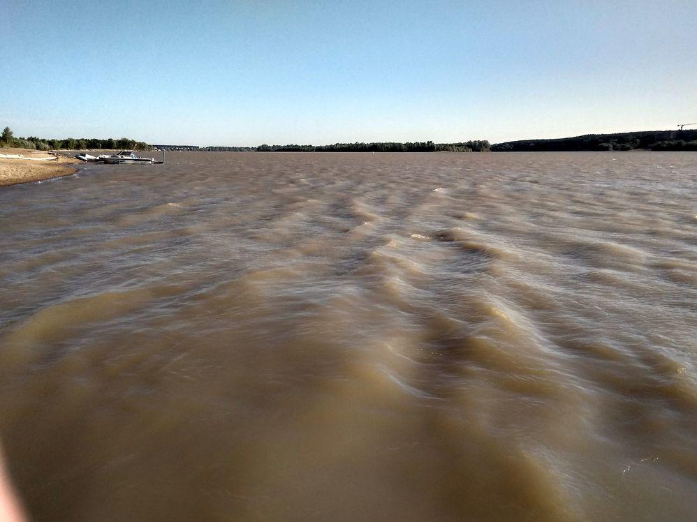 Цвет и прозрачность воды в Оби после воскресного штормового ветра.