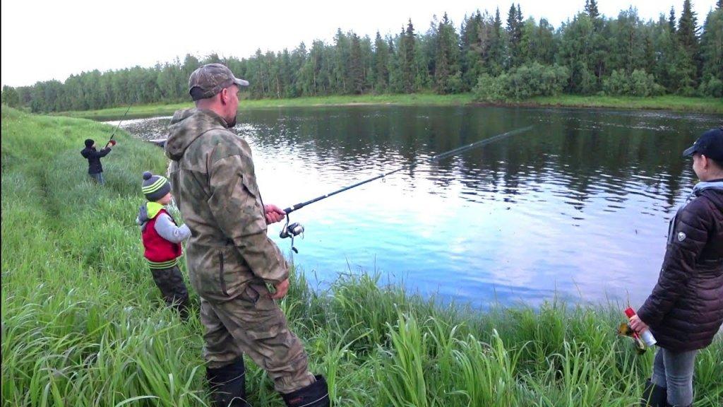 Рыбалка с семьёй / вечерний отдых с удочкой / ездим на деревянной лодке.
