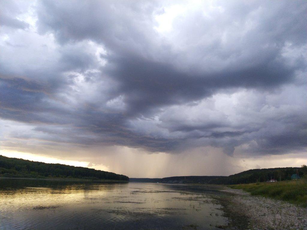 Грозовое утро на реке.
