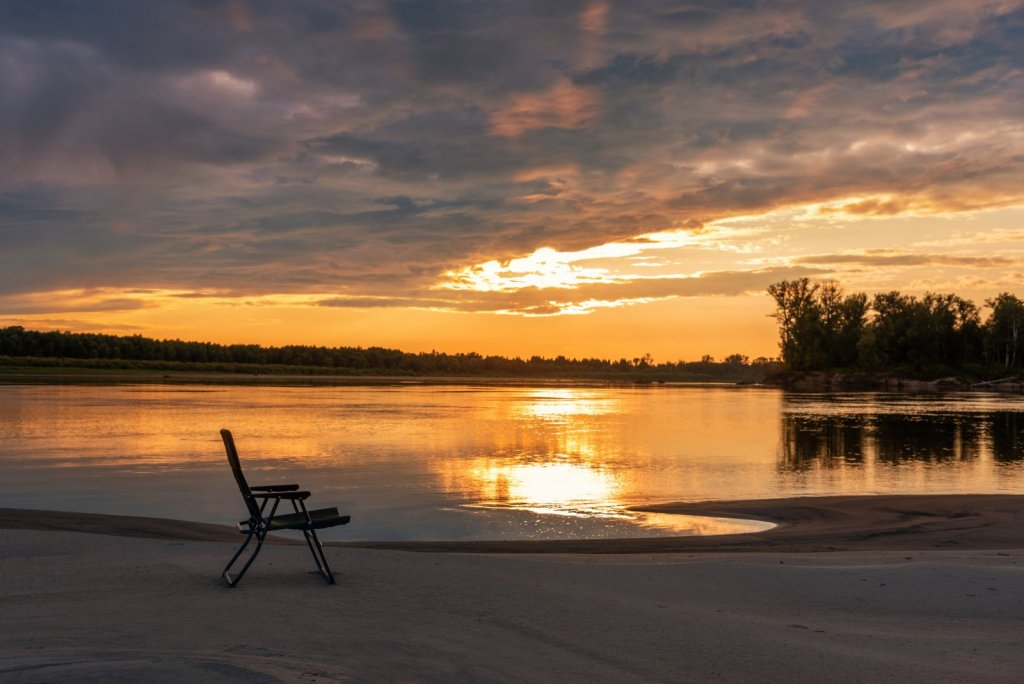 Вечер на реке. Закат. Кресло ждёт тебя...