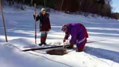 Сибирские женщины - знают как ловить рыбу. Зимяя рыбалка по-женски