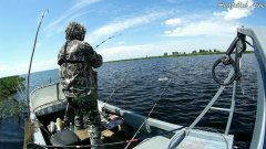 Аж ЁКНУЛО, думал ТРОФЕЙ ... Рыбалка летом с лодки. Ловля на спиннинги + удочка! Видео 2020 оз. Чаны.