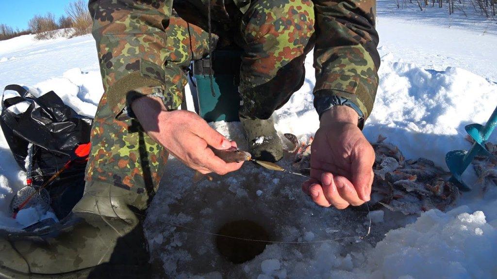 Зимняя рыбалка на блесну. Ловля окуня со льда. Клевало только кидай.