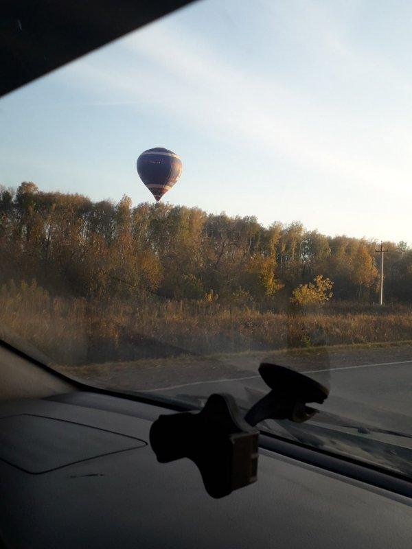 На большом воздушном шаре ,фиолетового цвета.......