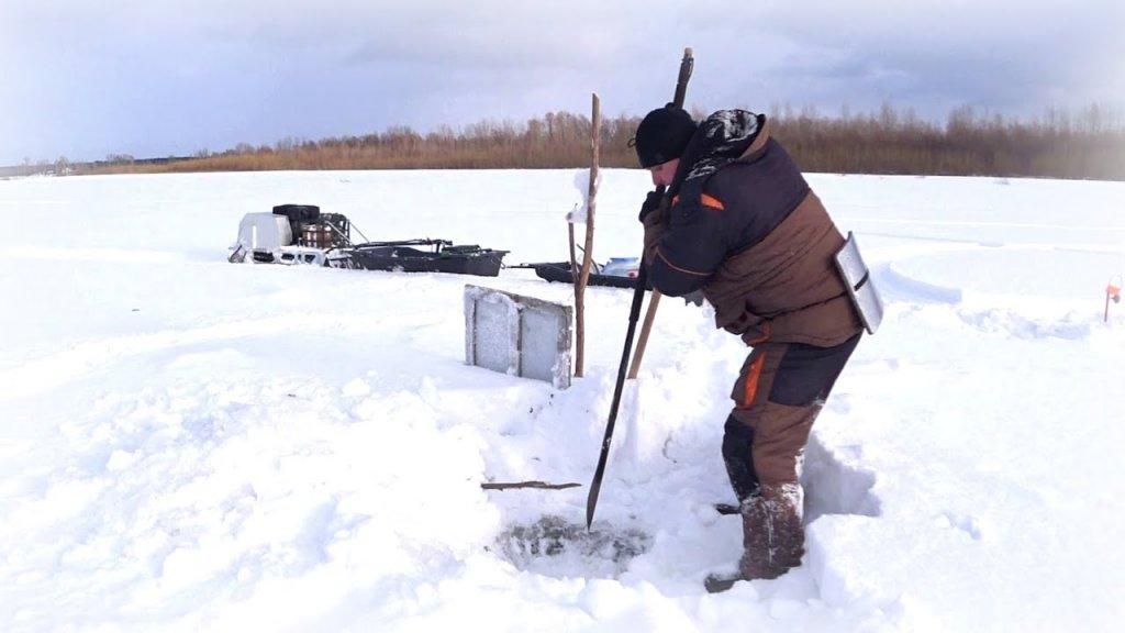 Якутская пешня работает вместо человека, а не человек работает вместо пешни.