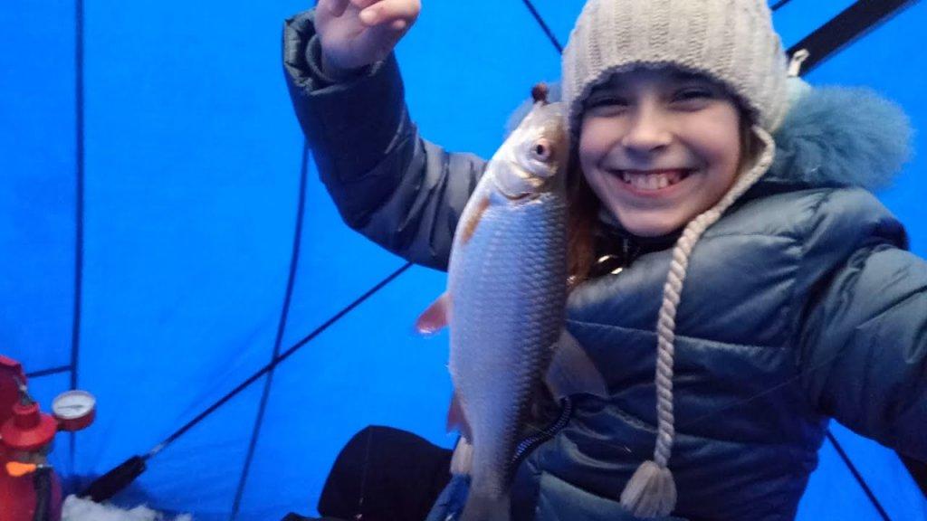 Дочка на рыбалке. Итог на лице