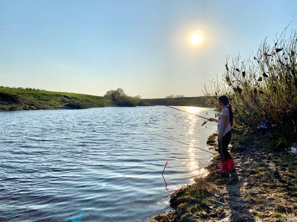 Поплавок на просыпающейся речке Карасук.