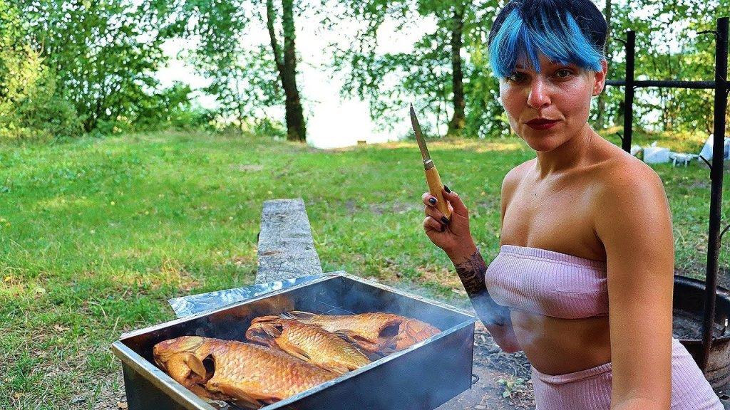 Показала как нужно коптить рыбу. Горячее копчение