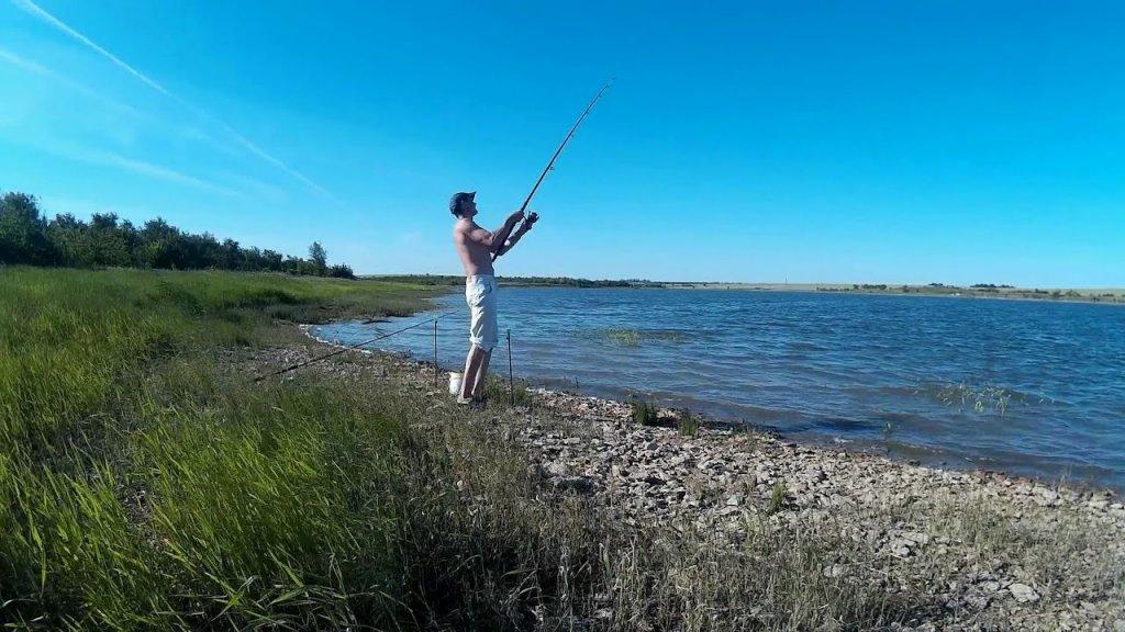 Рыбалка на водохранилище на макушатник.