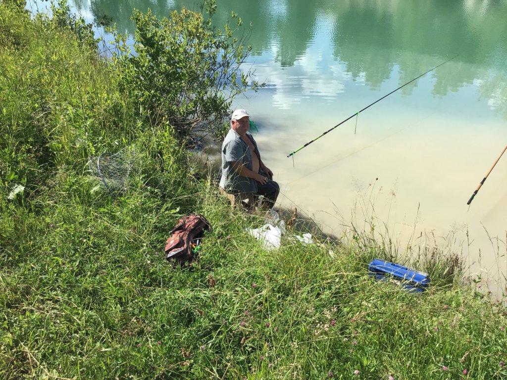 Одинокий рыбак на «Изумрудном «.